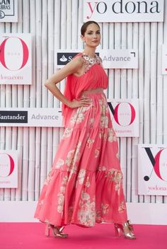 La modelo Eugenia Silva prefirió el color coral para desfilar por la alfombra rosa. El modelo es del diseñador Jesús del Pozo. | Cordon Press.