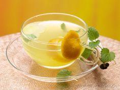 Aromatischer Mix mit einem Hauch Orient: Melisse-Zimt-Tee mit Orangensaft | http://eatsmarter.de/rezepte/melisse-zimt-tee/