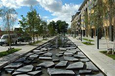 Geweldig: de Roombeek in Enschede stroomt weer bovengronds. En hoe. Prachtige openbare-ruimte-architectuur.