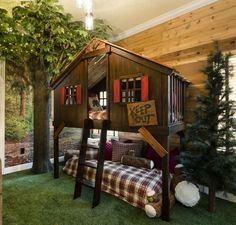 Decorating a Vacation Home with Creatively Themed Rooms This vacation home rental in Orlando has fun theme rooms that kids will love, including this one with a tree house bunk bed. Bunk Beds With Stairs, Kids Bunk Beds, Bunk Bed Fort, Boys Bunk Bed Room Ideas, Corner Bunk Beds, Kids Beds For Boys, Cabin Bunk Beds, Loft Bunk Beds, Toddler Boys
