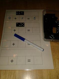 Dominosommen. Gelamineerd werkblad waarop de kinderen met een whiteboardstift de sommen op kunnen schrijven ( en weer uitvegen)