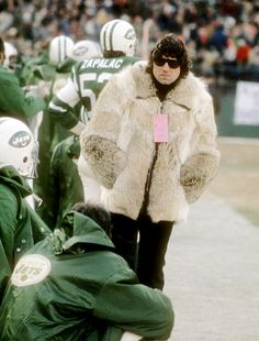 """45 Rare and Iconic Photos of """"Broadway Joe"""" Namath Being The Coolest Man Alive - The Roosevelts Manchester United Legends, Joe Namath, Ron Burgundy, Mens Fur, Famous Movies, Thing 1, Iconic Photos, Vintage Football, Nfl Football"""