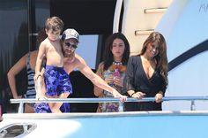 Thoát án tù, Messi đi biển với vợ(Antonella) và 2 con