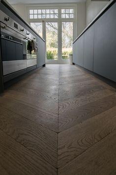Hongaarse punt vloer door gelegd in de keuken. De planken hebben een afmeting van 12x60 en een 1-bis sortering. Daarnaast zijn de planken gerookt en verouderd en behandeld met een witte olie. Deze vloer is gelegd in combinatie met vloerverwarming. Hardwood Floors, Flooring, Tile Floor, New Homes, Living Room, Interior, Villa, Houses, Homes