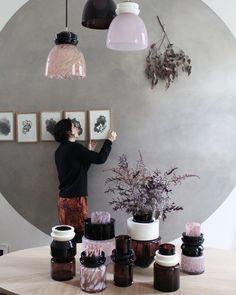 Vases Totem et suspensions en verre soufflé et céramique, Marie-Victoire Winckler