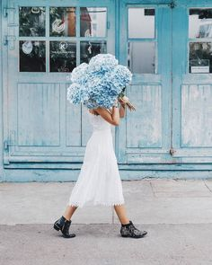 hydrangea garden care By the way, are you familiar with our magazine Take a look at hellozurich. Look 80s, Style Me Pretty Living, Chica Cool, Photographie Portrait Inspiration, Blue Aesthetic, Belle Photo, Floral Arrangements, Beautiful Flowers, White Dress