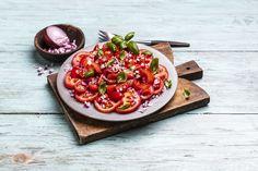 Tomatsalat med basilikum og rødløk.  Grønne retter på under 10 minutter - oppskrift! Bruschetta, Ethnic Recipes, Sun