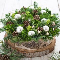 kerststuk idee met veel verschillend groen, dennenappel en evt. kerstballetjes