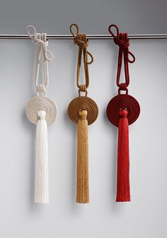 AMICA is a tassel that is perfectly shaped in the truest sense. The spiral-shaped, hand-made disc holds a slim, streamlined tassel which has a wonderful sheen because of the strié effect. The Asian inspiration behind AMICA is clearly seen in the design and choice of color.