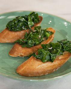 Garlicky kale crostini