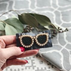 No photo description available. Bead Embroidery Tutorial, Bead Embroidery Jewelry, Hand Embroidery Designs, Beaded Embroidery, Beaded Jewelry, Brooches Handmade, Handmade Jewelry, Bead Crafts, Jewelry Crafts