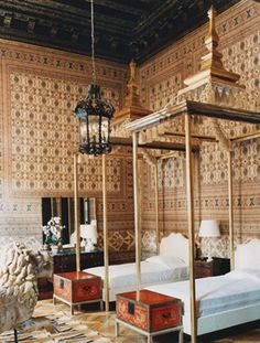 The guest bedroom at the Palazzo Brandolini decorated by Tony Duquette and Hutton Wilkinson. The Indian printed cotton was installed in the room in the by Renzo Mongiardino, Duquette and Wilkinson designed the beds with their tassled canopies. Luxury Interior, Interior And Exterior, Antique Interior, Luxury Decor, Bedroom Furniture, Bedroom Decor, Bedroom Chest, Warm Bedroom, House Furniture