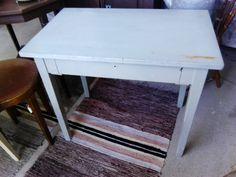 Siniharmaaksi maalattu laatikollinen pöytä