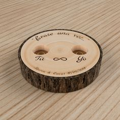 Érase una vez un porta anillos. En rodaja de madera, con texto personalizable. Una idea original para llevar vuestros anillos hacia el sí, quiero! Diséñalo ahora!