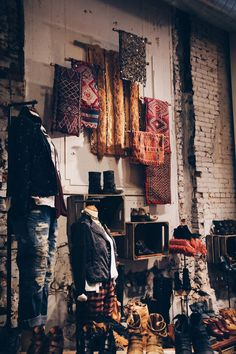 Free People store decor during the Fall season. (more inspiration) Fall Store Displays, Shop Window Displays, Retail Displays, Boutique San Francisco, Boutique Interior, A Boutique, Deco Bobo, Scarf Display, Sock Display