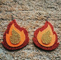Brinco Áries Carnaval Diy, Burning Man Art, Burning Man Outfits, Colorful Shoes, Halloween Disfraces, Festival Looks, Diy For Girls, Hats For Men, Diy Design