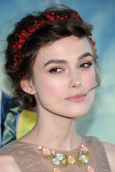 Una finísima diadema roja que simula los arándanos y frutos rojos propios de la Navidad. Así acudió Keira Knightley a la premiere de su última película, Seeking a Friend for the End of the World.