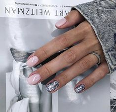 The advantage of the gel is that it allows you to enjoy your French manicure for a long time. There are four different ways to make a French manicure on gel nails. Love Nails, Pink Nails, My Nails, Silver Nails, Glitter Nails, Stylish Nails, Trendy Nails, Manicure Natural, Manicure Gel