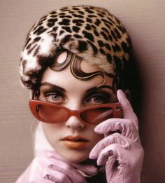 One of the most popular accessories that people wear today is sunglasses. Before buying a pair of sunglasses, I suggest that you spend some time in front of the mirror. Retro Fashion 50s, Vintage Fashion, Vintage Style, Retro Style, Classic Style, Classic Hats, Vintage Glamour, Vintage Inspired, Animal Print Fashion
