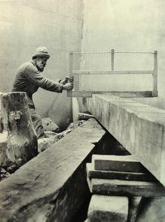 Brancusi working on a Colonne sans Fin, 1924