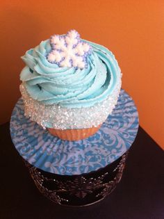 you know, this particular way of frosting the cupcake could be done with some many different colours and could be used for so many other themes as well. Frozen Movie Party, Frozen Party Food, Olaf Party, Disney Frozen Birthday, Frozen Birthday Party, Fun Cupcakes, Cupcake Party, Party Cakes, Cupcake Cakes