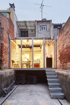 Night view of the backyard.  Office in Lacy Street by Sauquet Arquitectes i Ass. Image © José Hevia.