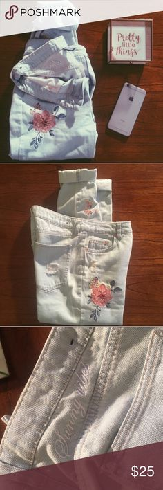 "Flower Appliqué Skinny Jeans Lightly distressed light wash denim with flower appliqué and ""Sunny Vibes"" embroidery! ""Booty fit"". Divided runs a little small, so these fit more like a 4/6! NWOT! Measurements upon request 😊 H&M Jeans Skinny"