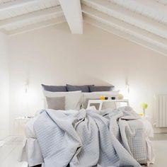 Ejemplos de dormitorios con buen feng shui | LoveToKnow Consejos Feng Shui, Furniture, Home Decor, Feng Shui Bedroom, Buddha Decor, Protection Spells, Breakfast, Beds, Space