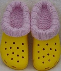 Anleitung gibts hier http://www.ravelry.com/patterns/library/krock-socks---womens-size-8---10-mens-6---8---liners-for-plastic-clogs-crocs-tm