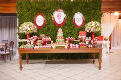 Mesa do bolo da festa Moranguinho