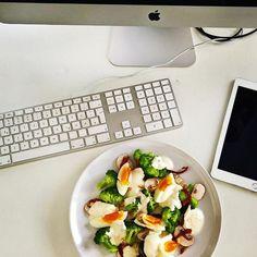 Day #2: Eier/Brokkoli-Salat mit Sesam-Joghurt-Dressing. Joghurt mit jeweils einem TL Senf, Honig und Sesamöl verführen. Mit Salz/Pfeffer abschmecken. Brokkoli-Röschen 5min dämpfen. Pilze in feine Scheiben schneiden. Eier halbfest kochen und Viertel. Alles mit Dressing und gerösteten Pinienkernen anrichten. Bon Appetit.  #brokkoli #ei #salz #challenge #greenlife #agenturleben #agencylife #digitalagentur #digitalagency #munich #healtyfood  #instagood