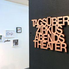 Tagsüber Zirkus abends Theater - 3D Holzschrift