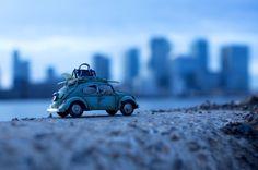 Letzte Kraft: ein VW-Käfer-Modell vor der Skyline von Canary Wharf in London