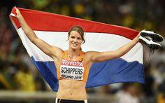 Dafne Schippers (23) heeft op 24 aug 2015 de zilveren medaille gewonnen op de 100 meter sprint op het WK atletiek in Beijing. Zij is daarmee de eerste Nederlandse vrouw ooit die een podiumplaats heeft veroverd op dit atletiekonderdeel. De Jamaicaanse favoriet Shelly-Ann Fraser-Pryce won het goud.