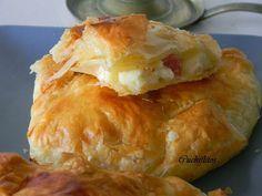 Cuchiflitos: Hojaldre de queso brie y lacón ahumado