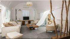rusztikus bútorok a nappaliban A fa szépségét a maguk valóságában bemutató darabok művészi megvilágításba először Természet, Forma és Lélek nevű bútorsorozattal kerültek, amik George Nakashima kezének munkái. Menekülési útvonalaink egyike a túlracionalizált kompakt világából, ha természet alakította formák hatásában elmerülhetünk. (Lakberendezés 10) Oversized Mirror, Furniture, Home Decor, Decoration Home, Room Decor, Home Furnishings, Home Interior Design, Home Decoration, Interior Design