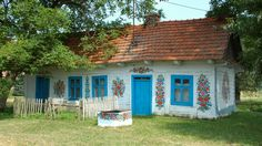 Oh, how I wish I would live in such a beautifully painted cottage like this one in Zalipie/ Poland!
