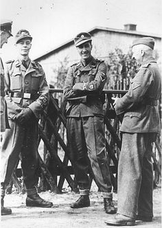 Two early recruits to the British Free Corps, Waffen-SS BFC:SS-Mann Kenneth Berry and SS-Sturmmann Alfred Minchin, with German officers, April 1944 Military Photos, Military History, Pearl Harbor, Ww2 Propaganda, Ww2 Uniforms, Prisoners Of War, German Army, Troops, Soldiers