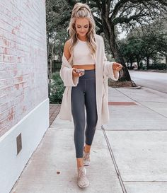 Every wonder what to wear to brunch? Look no further! Our basic black leggings a - Leggings Black - Ideas of Leggings Black - Every wonder what to wear to brunch? Look no further! Our basic black leggings and tan cropped tank are the perfect solution! Look Athleisure, Athleisure Outfits, Athleisure Fashion, Mode Outfits, Casual Outfits, Fashion Outfits, Fashion 2018, Fashion Fashion, Sport Outfits