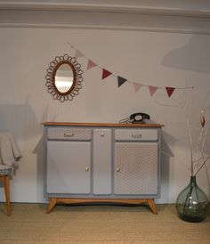Le Buffet Mado « Alix » est un joli vaisselier, typique des années 50. Il a été entièrement restauré. Il apportera une petite touche vintage à votre intérieur avec ses lignes fifties et ses couleurs tendances. Côté pratique: Ce buffet dispose de nombreux rangements : 2 placards... Recycled Furniture, Vintage Furniture, Furniture Decor, Painted Furniture, Kitchen Cabinets And Cupboards, Kitchen Dresser, Deco Buffet, Buffet Cabinet, Furniture Inspiration