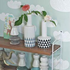 <p>Vase en céramique blanche et sérigraphie de petits triangles gris. Une forme simple et originale, un look très contemporain pour accueillir une rose ou quelques fleurs des champs, design Bloomingville. Pour une belle ambiance de maison fleurie et une mise en valeur douce et délicatede vos fleurs !</p>
