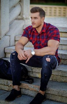 To make a frame for your biceps, always wear slim-fit short-sleeve shirt with check print.