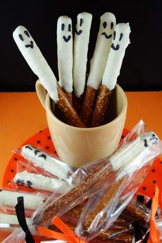 You don't need to be Martha Stewart to make all of these yummy treats. Cute Food For Kids: 48 Edible Gho You don't need to be Martha Stewart to make all of these yummy treats. Cute Food For Kids: 48 Edible Ghost Craft ideas for Halloween Halloween Snacks, Hallowen Food, Hallowen Ideas, Holiday Snacks, Halloween Goodies, Halloween Birthday, Easy Halloween, Halloween Cupcakes, Halloween Treats