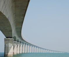 Michel Virlogeux (concepteur), Alain Montois (architecte), Charles Lavigne (architecte), Michel Placidi (études de construction/réalisation) – Le pont de l'île de Ré, France (1988)
