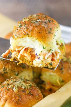 This Buffalo Chicken Sliders recipe is seriously delicious & easy to make! Made with buffalo chicken, ranch coleslaw and buns covered in ranch seasoning. Can use blue cheese dressing or roquefort crumbles Tostadas, Tacos, Quesadillas, Empanadas, Burritos, Top Recipes, Cooking Recipes, Meal Recipes, Drink Recipes