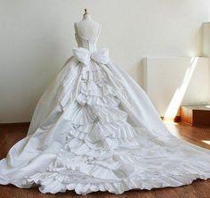 Esse é para aquelas que adoram um conto de fadas, com um vestidos muito volumoso. Mas mesmo assim continua sendo um vestido belissimo...