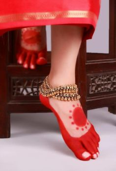 Find out here the latest, unique and beautiful collections of Indian Bridal Anklets, Bridal gold Anklets and silver Bridal Anklets etc. Gold Anklet, Silver Anklets, Anklet Jewelry, Bridal Jewelry, Gold Jewellery, Silver Jewelry, Jewelry Party, Body Jewelry, Anklet Designs