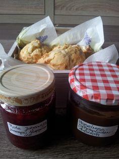 Scones, eine Marmelade aus roten Johannisbeeren und ein Haselnuss-Schokoladen-Aufstrich
