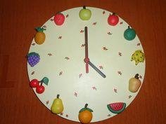 Relógio de parede para cozinha , mdf pintado a mão com decoração de frutas de biscuit todas produzidas a mão sem utilização de molde totalmente artesanal ! Sua cozinha vai ficar linda !