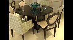 Mesa de jantar com tampo de vidro preto e base de ébano com cadeiras medalhão